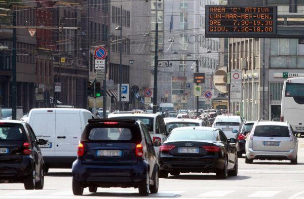 Un pannello elettronico segnala l'ingresso dell'area C in via Turati a Milano, 17 settembre 2012. ANSA / MATTEO BAZZI